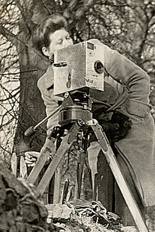 Kay Mander directing Near Home (1946) © Courtesy of Kay Mander Collection